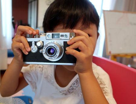 カメラを構える娘